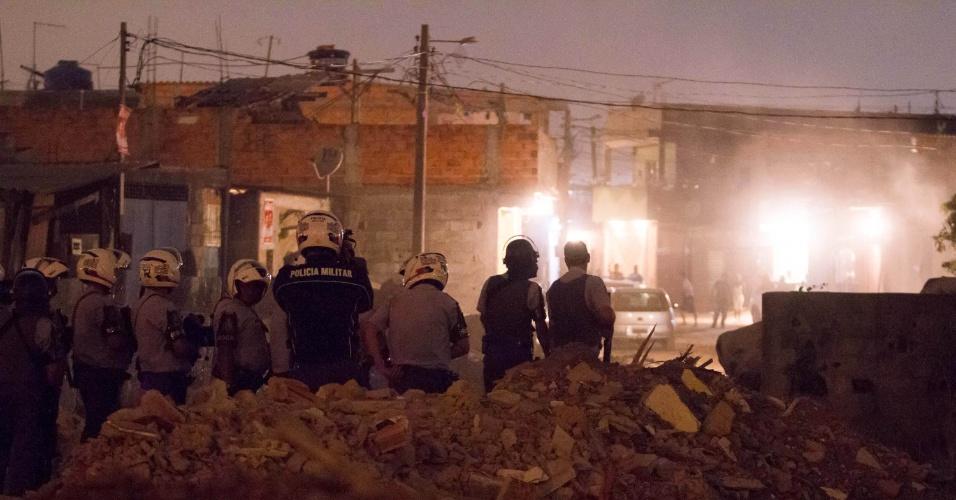 29.ago.2012 - Polícia tenta conter protesto de moradores do Jardim Nair, onde fica favela atingida por um incêndio. A manifestação provocou  a interdição dos dois sentidos da avenida Jacu-Pêssego, em São Paulo (SP)