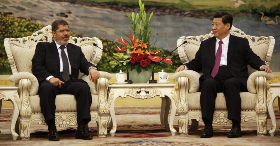 29.ago.2012 - Presidente do Egito, Mohamed Morsi (esquerda), conversa com o vice-presidente chinês Xi Jinping durante encontro em Pequim nesta quarta-feira (29). Em sua primeira visita como chefe de Estado fora do mundo árabe, Morsi busca atrair investimentos do gigante asiático para o Egito