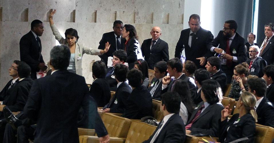 29.ago.2012 - Seguranças do STF contêm manifestantes durante sessão do julgamento do mensalão, nesta quarta-feira (28). Cartazes levantados por três pessoas que estavam na plateia traziam a frase ?é hora de julgar?, fazendo referência à liminar dada por Carlos Ayres Britto autorizando a retomada das obras da hidrelétrica de Belo Monte até que o mérito do caso seja julgado