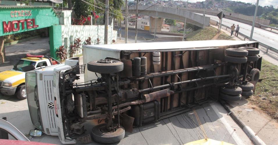 29.ago.2012 - Um caminhão tombou sobre um carro da CET (Companhia de Engenharia de Tráfego) na alça de acesso da rodovia Anhanguera para a avenida Mutinga, na zona oeste de São Paulo, nesta quarta-feira, 29. Ninguém ficou ferido