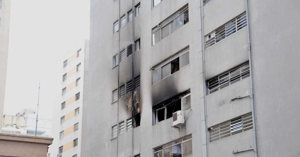 29.ago.2012 - Um incêndio em um apartamento do 3º andar do edifício residencial, na rua Bela Cintra, no Jardim Paulistano, em São Paulo, nesta quarta-feira (29), assustou os moradores. O fogo foi controlado e ninguém ficou ferido. A polícia ainda investiga as causas do incêndio