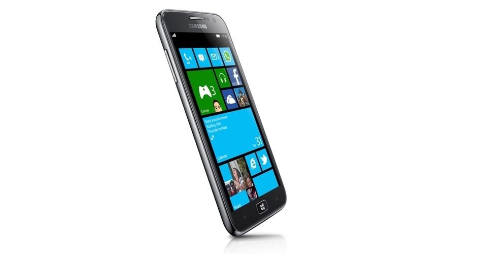 29.ago.2012 - A Samsung apresentou em evento nesta quarta-feira (29/8) o primeiro smartphone com Windows 8 da marca: o Ativ S. O aparelho tem processador dual-core (dois núcleos) de 1,5 GHz, 1 GB de memória RAM, tela de 4,8 polegadas e espessura de 8,7 milímetros. O aparelho será vendido em duas versões: com armazenamento de 16 GB ou de 32 GB