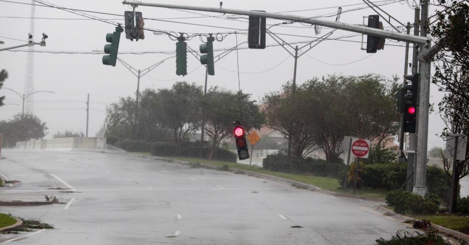 29.ago.2012 - Semáforos ficam soltos e pendurados pelos fios de energia elétrica em uma rua na área central de Nova Orleans, Louisiana (EUA), após a passagem do furacão Isaac nesta quarta-feira (29)