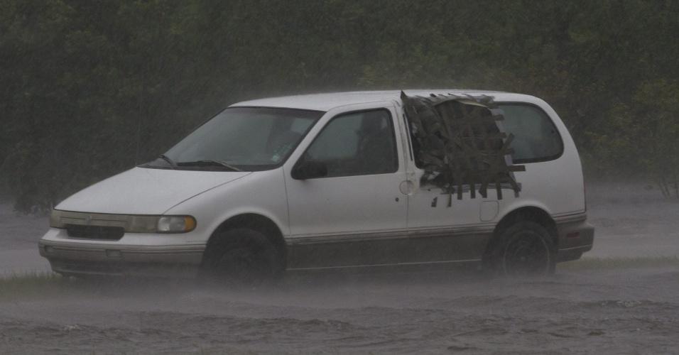 29.ago.2012 - Veículo é abandonado em um estacionamento alagado na baía de São Luis, durante as fortes chuvas que atingem o Golfo do México com a passagem do furacão Isaac, nesta quarta-feira (29)