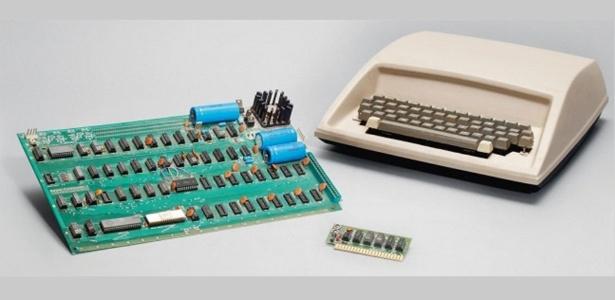 """Apple I foi lançado em 1976. A máquina consistia na placa de circuito à esquerda; teclado não vinha junto - Divulgação/Christie""""s"""