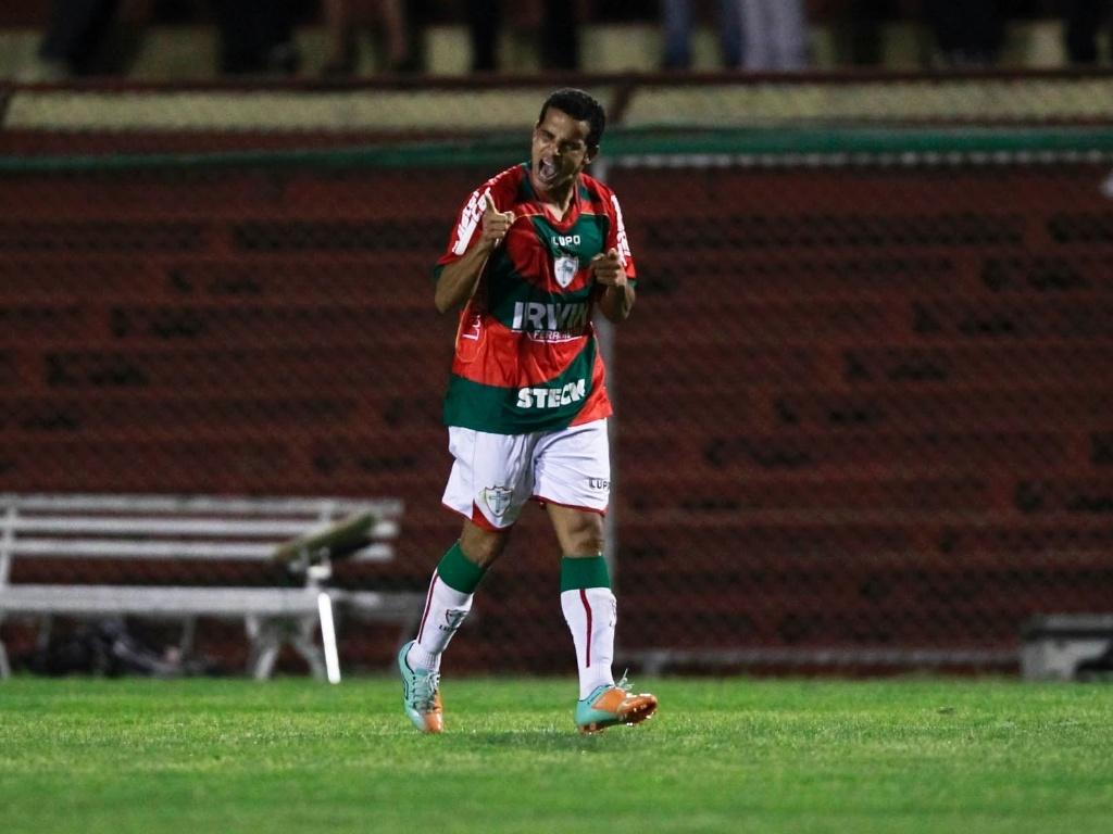 Bruno Mineiro comemora o segundo gol marcado por ele na partida entre Portuguesa e Palmeiras
