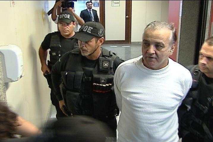 Carlinhos Cachoeira chega para depor no Tribunal de Justiça do Distrito Federal, em Brasília, nesta quarta-feira (29). O interrogatório começou por volta das 14h50, mas o réu disse que usaria seu direito de permanecer calado e já deixou o prédio do tribunal sem responder às perguntas do juiz