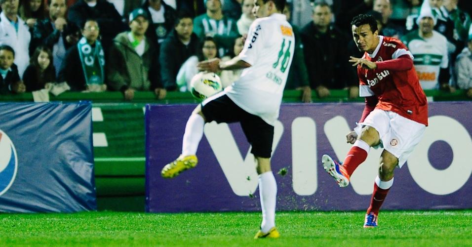 Centroavante Leandro Damião, do Inter, chuta em gol na partida contra o Coritiba, no Couto Pereira