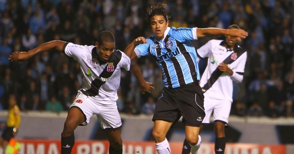 Marcelo Moreno, atacante do Grêmio, disputa a bola com o zagueiro Dedé, do Vasco
