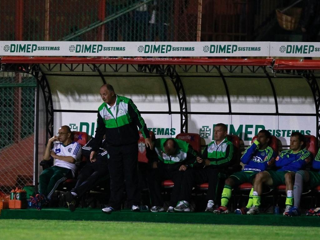 Com reservas abatidos, Felipão observa o jogo entre Palmeiras e Portuguesa, no Canindé