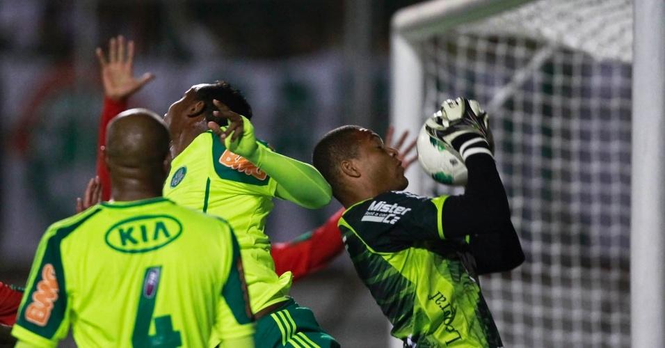 Dida, goleiro da Portuguesa, agarra a bola após cruzamento na área no jogo com o Palmeiras