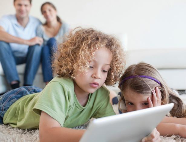 """A idade ideal para ter o primeiro """"tablet"""" é aos nove anos, segundo a pedagoga Edinéia Regina Burger - Thinkstock"""