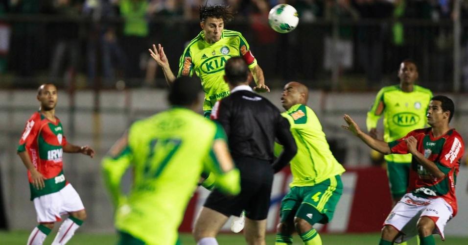 Henrique, do Palmeiras, cabeceia a bola durante a partida contra a Portuguesa, no Canindé