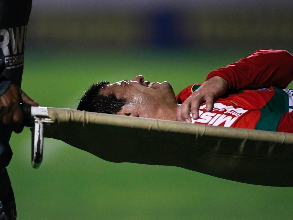 Jogador da Portuguesa deixa o campo na maca, chorando, durante a partida com o Palmeiras