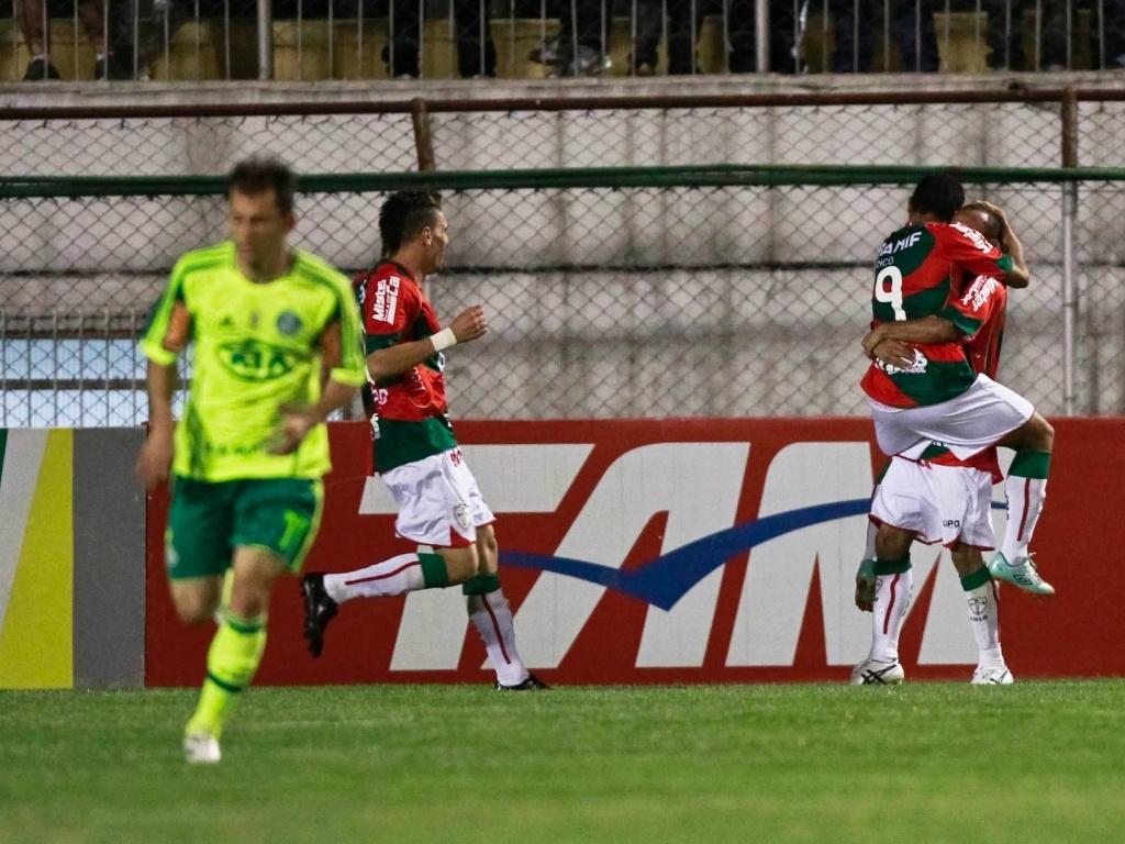 Jogadores da Portuguesa comemoram com Bruno Mineiro o gol marcado pelo atacante no jogo contra o Palmeiras