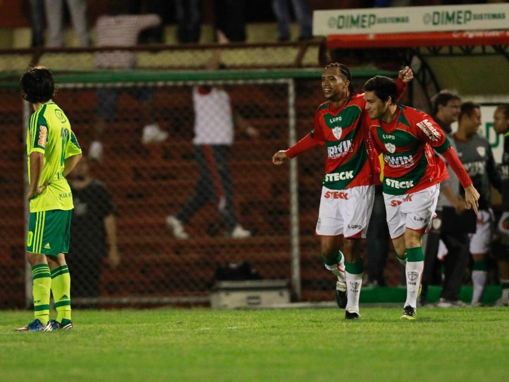 Jogadores da Portuguesa comemoram o terceiro gol da equipe na vitória sobre o Palmeiras