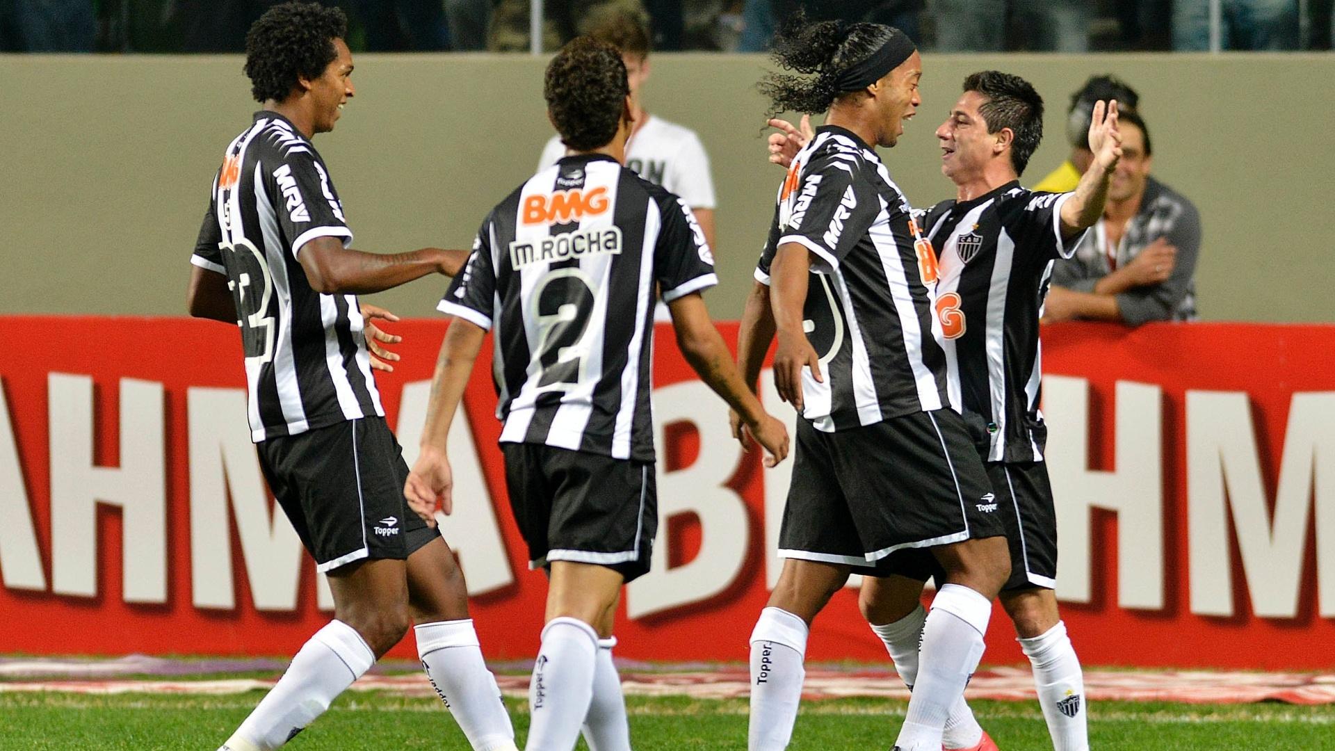 Jogadores do Atlético-MG comemoram com Danilinho o gol marcado pelo jogador no duelo com a Ponte Preta