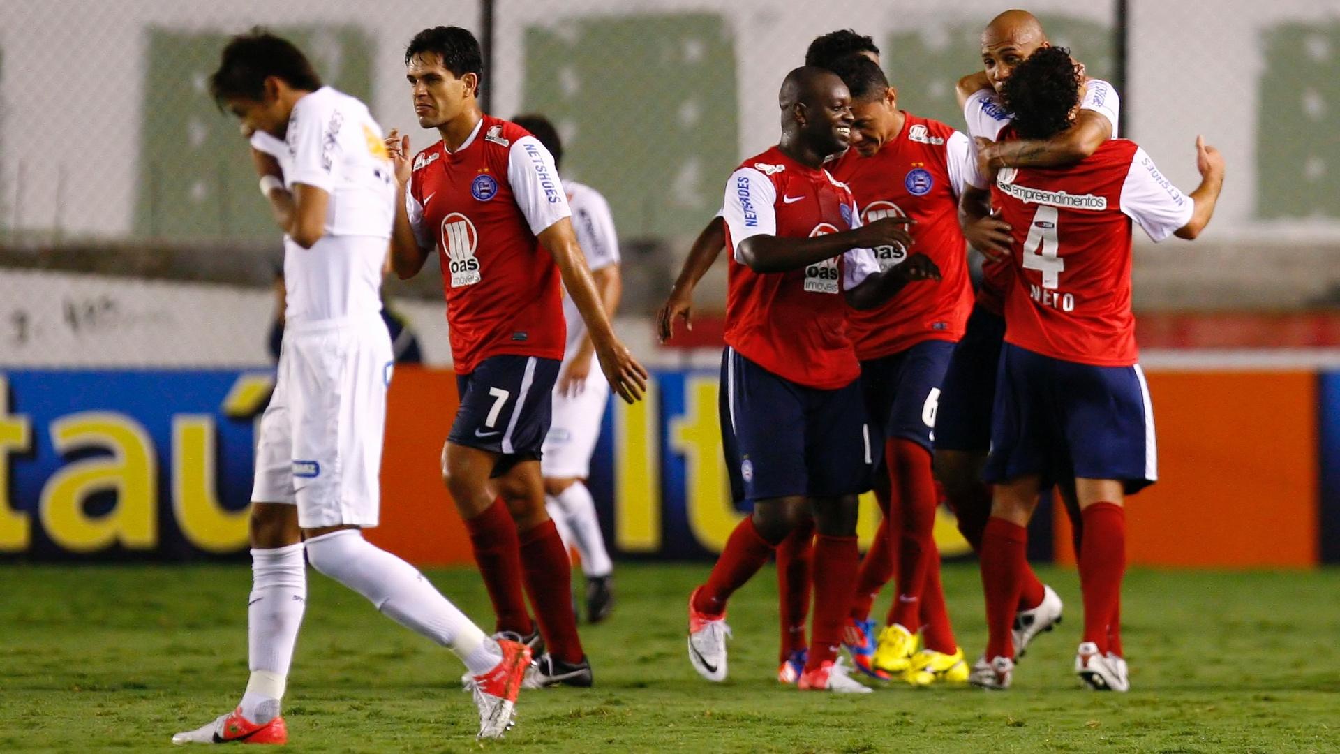 Jogadores do Bahia comemoram gol na vitória por 3 a 1 sobre o Santos, na Vila Belmiro