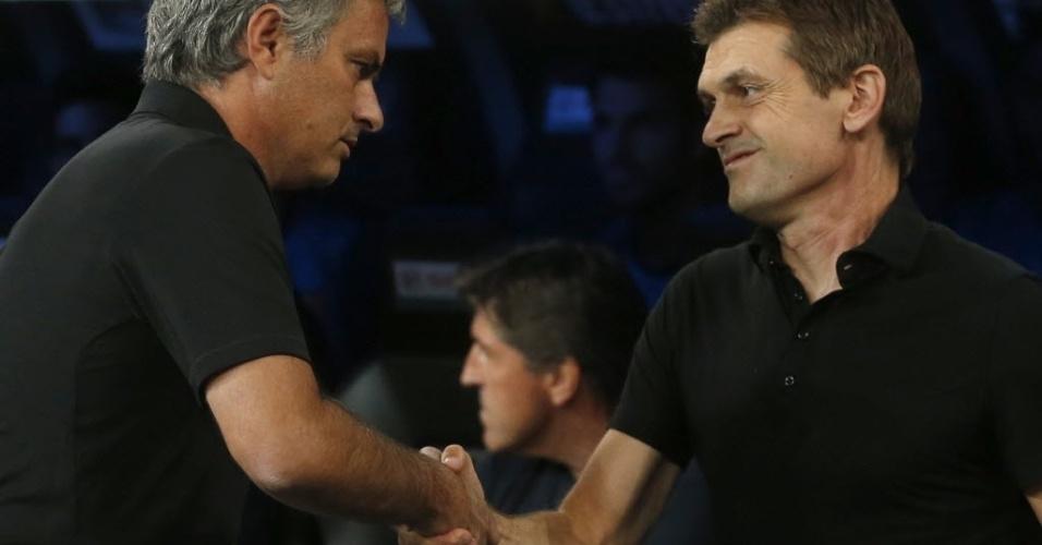 Técnicos de Real Madrid e Barcelona, José Mourinho e Tito Vilanova se cumprimentam antes do segundo jogo pela Supercopa da Espanha
