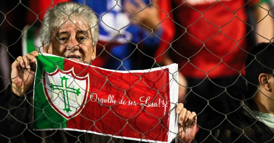 Torcedor da Portuguesa demonstra orgulho de sua equipe durante o jogo com o Palmeiras