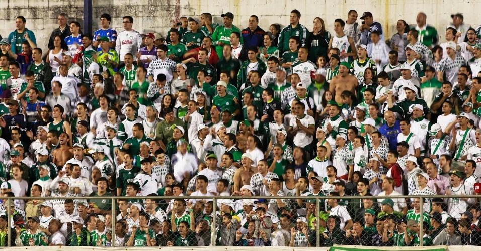 Torcida do Palmeiras comparece em bom número ao Canindé para apoiar a equipe contra a Portuguesa