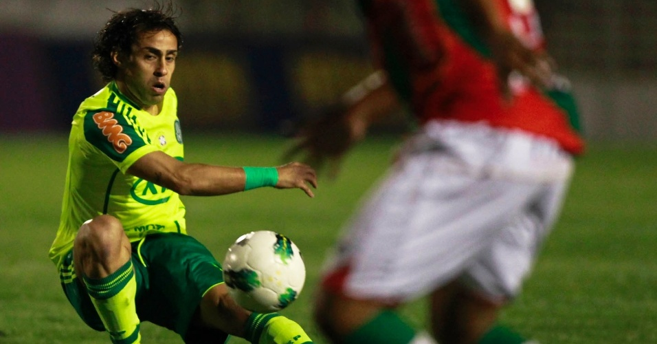 Valdívia se estica para passar a bola durante o jogo contra a Portuguesa