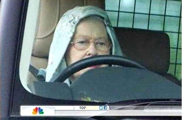30.ago.2012 - Em imagem divulgada nesta quinta-feira (30), a rainha Elizabeth 2ª é flagrada dirigindo com um capuz, após uma sessão de caça recreativa do castelo Balmoral, na Escócia, na terça-feira (28). Ela dirigia um Range Rover