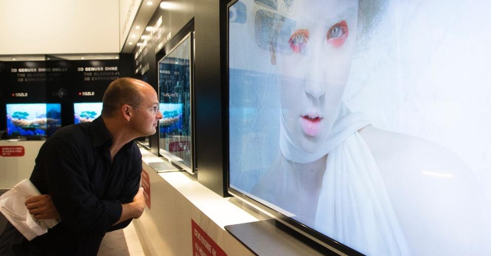 30.ago.2012 - Homem verifica de perto qualidade de televisor exposto no estande da Toshiba durante a IFA 2012. O evento, que ocorre anualmente em Berlim, vai do dia 31 de agosto a 5 de setembro