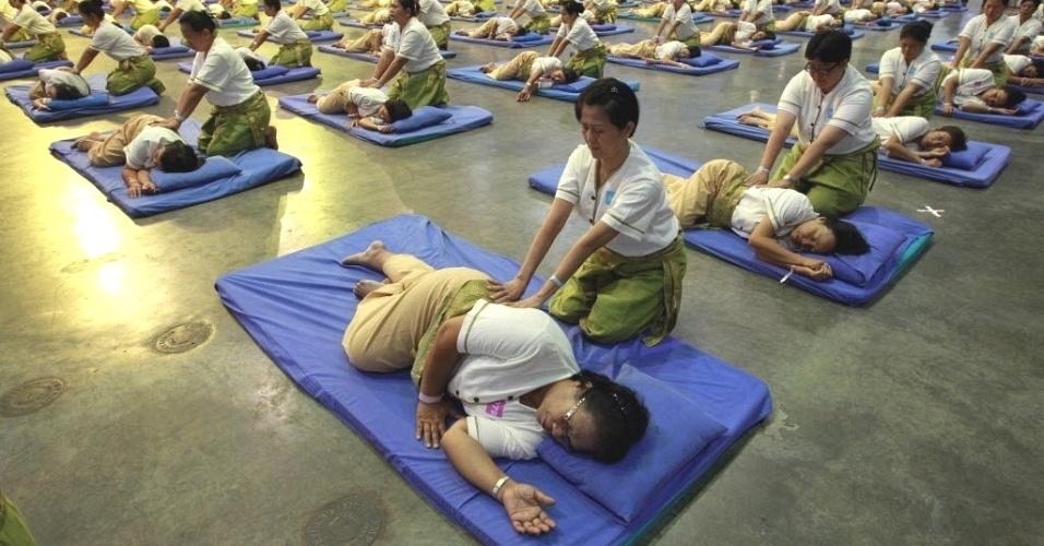 30.ago.2012 - Ministério da Saúde da Tailândia tenta quebrar recorde mundial de massagem, com 641 profissionais atendendo o mesmo número de pacientes simultaneamente