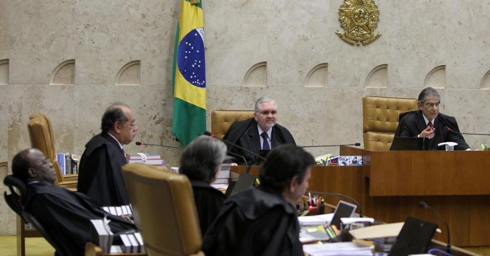 30.ago.2012 - Ministros ouvem a leitura do voto do ministro Ayres Britto, presidente do STF, durante a sessão do julgamento do mensalão, nesta quinta-feira (30)