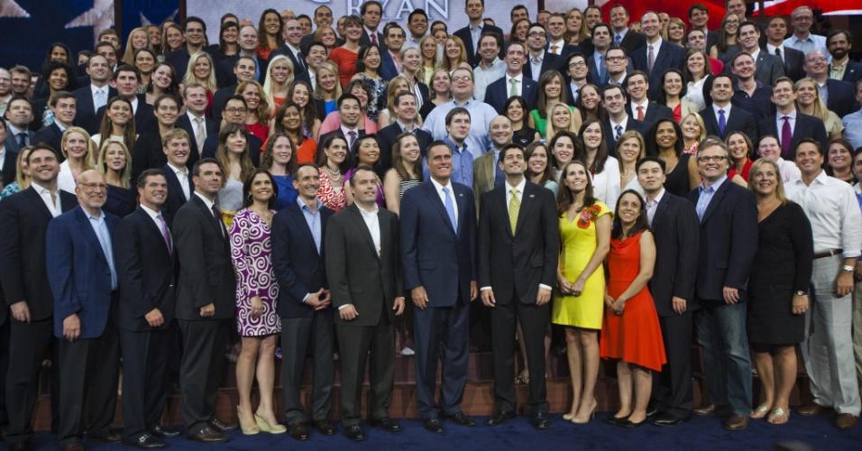 30.ago.2012 - Mitt Romney, oficializado como candidato do Partido Republicano às eleições presidenciais dos EUA, e seu candidato à vice-presidêica, Paul Ryan, posam para foto com voluntários da campanha republicana no encerramento da convenção nacional do partido, em Tampa, na Flórida (EUA), nesta quinta-feira (30)