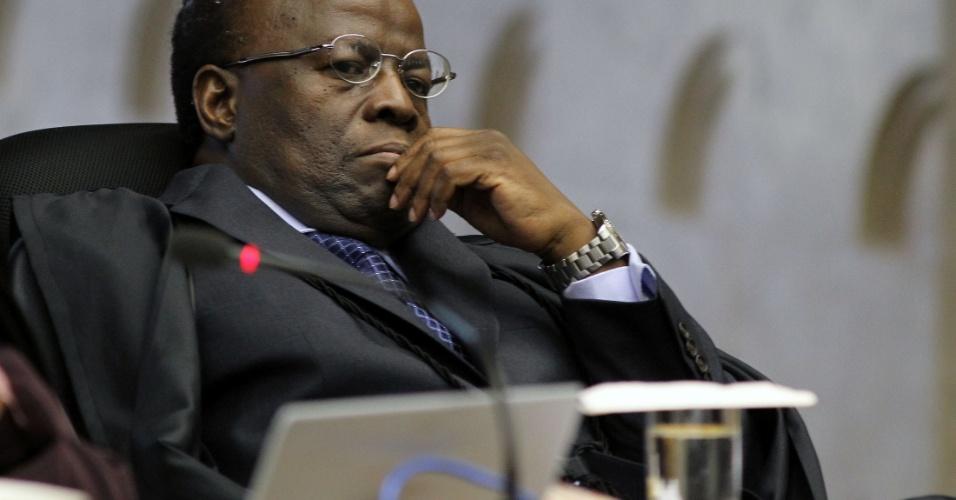30.ago.2012 - O ministro Joaquim Barbosa durante a sessão do julgamento do mensalão no STF, em Brasília, nesta quinta-feira (30)