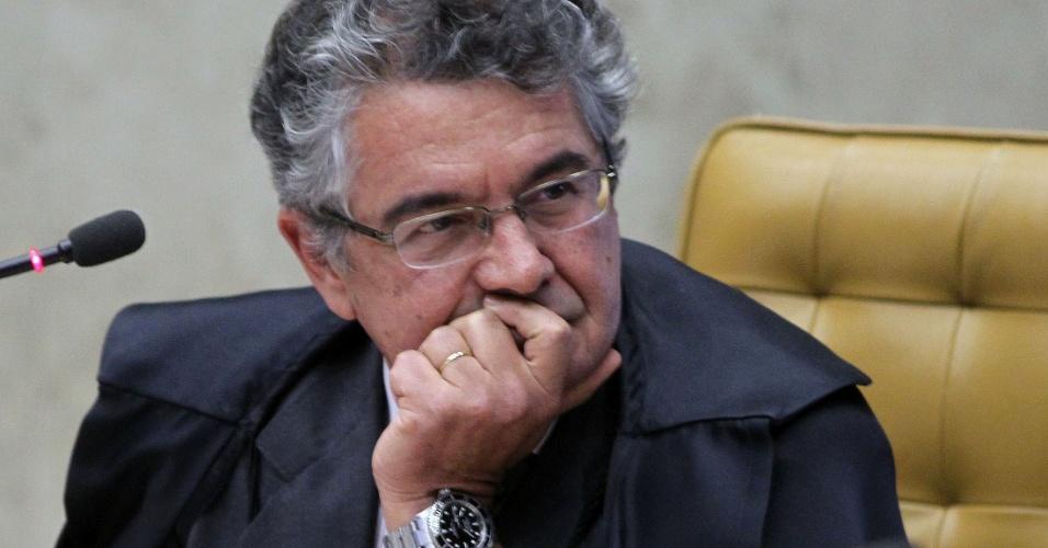 30.ago.2012 - O ministro Marco Aurélio Mello ouve o voto do ministro Ayres Britto, presidente do STF, durante a sessão do julgamento do mensalão, nesta quinta-feira (30)