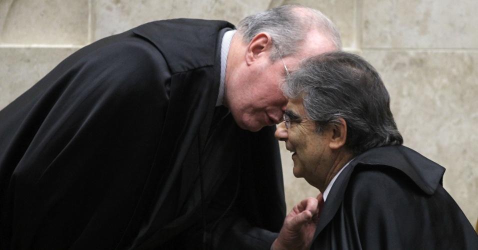 30.ago.2012 - Os ministros Celso de Mello e Carlos Ayres Britto conversam durante sessão da 5ª semana do julgamento do mensalão, neta quinta-feira (30)