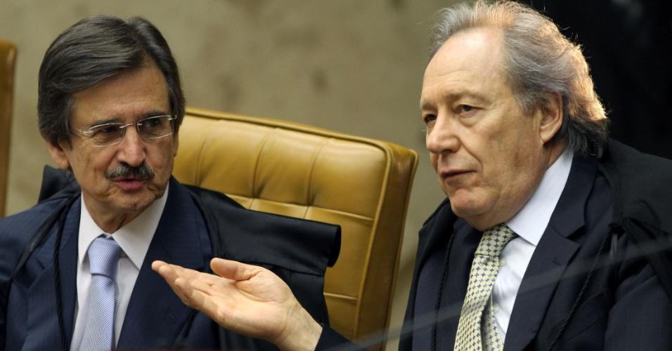 30.ago.2012 - Os ministros Cezar Peluso e Ricardo Lewandowski acompanham sessão da 5ª semana do julgamento do mensalão, neta quinta-feira (30)