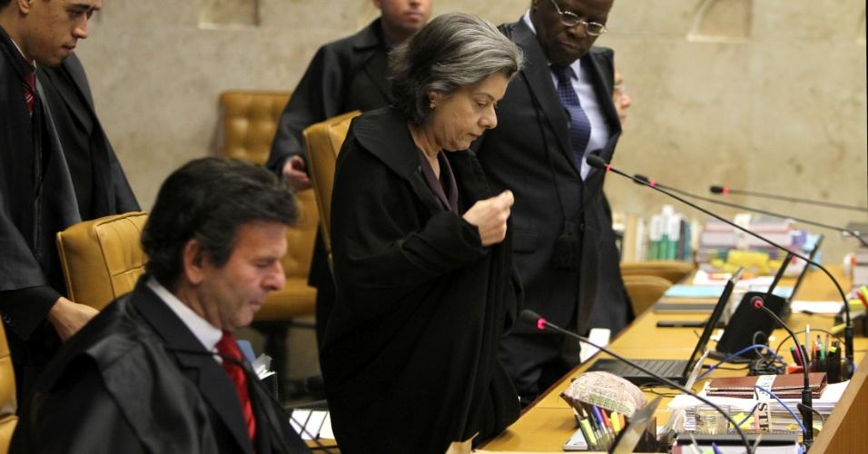30.ago.2012 - Os ministros do Supremo Tribunal Federal (STF), Luiz Fux, Cármen Lúcia e Joaquim Barbosa durante a sessão desta quinta-feira sobre o processo do mensalão