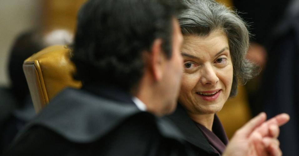 30.ago.2012 -  Os ministros Luiz Fux e Carmen Lucia conversam no plenário do Supremo Tribunal Federal (STF) durante julgamento do mensalão, nesta quinta-feira (30)