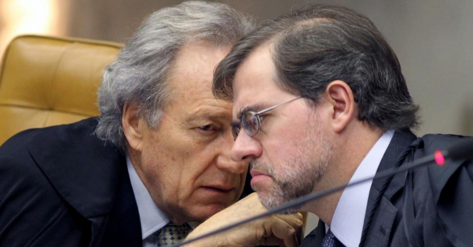 30.ago.2012 - Os ministros Ricardo Lewandowski e Dias Toffoli conversam durante sessão da 5ª semana do julgamento do mensalão, neta quinta-feira (30)