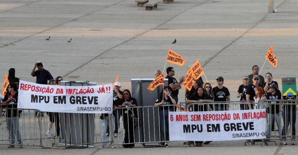 30.ago.2012 - Servidores públicos federais protestam em frente ao prédio do Supremo Tribunal Federal (STF) durante sessão da 5ª semana de julgamento do mensalão
