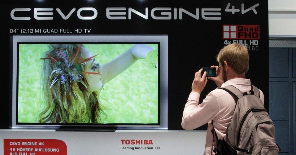 30.ago.2012 - Visitante tira foto de televisor com resolução 4k (com qualidade quatro vezes melhor que FullHD) no estande da Toshiba na IFA 2012. O evento reúne mais de 1,4 mil expositores e promete para a edição deste ano computadores com tela sensível ao toque, televisores 3D e dispositivos interconectados