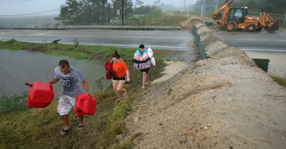 30.ago.2012 - Moradores evacuam área inundada durante a passagem pelo furacão Isaac, em Slidell, Louisiana (EUA). A tempestade segue perdendo intensidade, mas ainda deve provocar fortes ventos e chuvas nos próximos dias