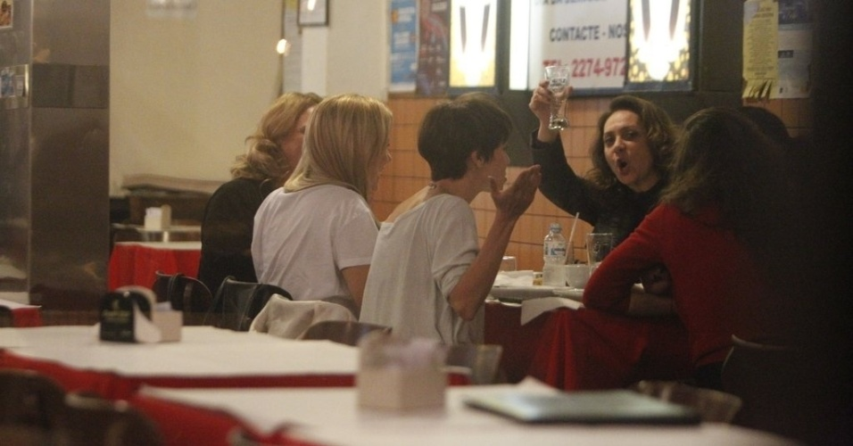 """A atriz Eliane Giardini, a Muricy de """"Avenida Brasil"""", acena para os fotógrafos durante jantar (29/8/12)"""