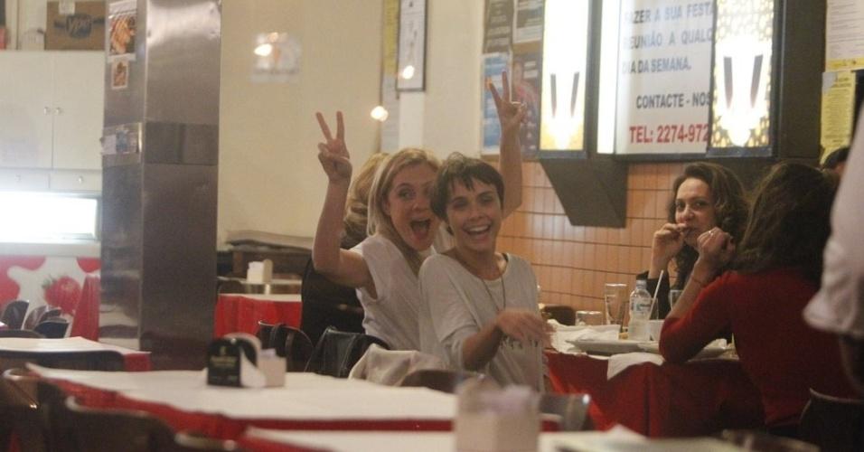 """As atrizes de """"Avenida Brasil"""" acenaram para os fotógrafos durante jantar na noite desta quarta (29)"""