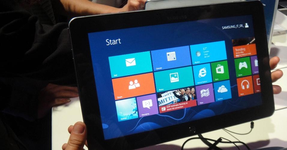 Ativ Smart PC ligando rodando Windows 8. O computador híbrido da Samsung pode funcionar como um laptop convencional ou como um tablet. A parte do teclado fica presa à tela do tablet por meio de ímãs