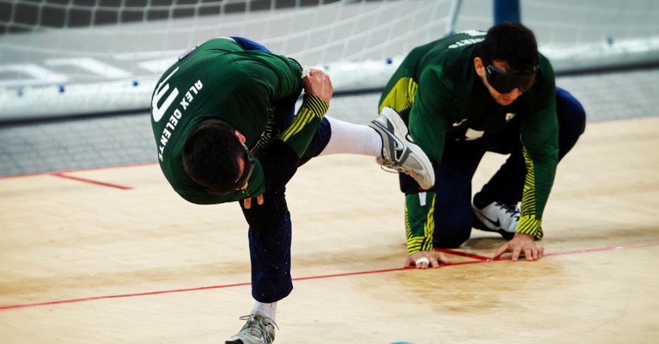 Atleta brasileiro arremessa a bola durante a partida contra a Finlândia na estreia do Goalball dos Jogos Paraolímpicos de Londres
