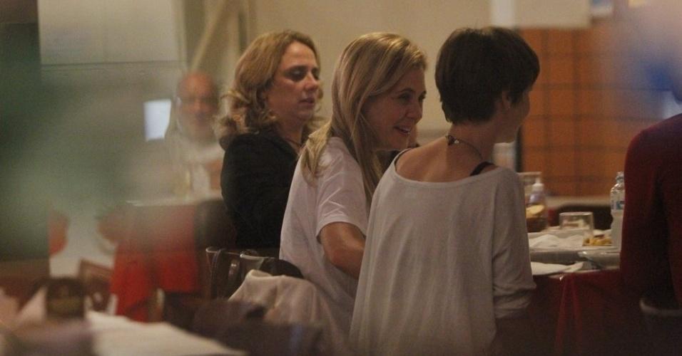 """Atrizes de """"Avenida Brasil"""" aproveitaram o tempo livre para jantar em um restaurante do Rio de Janeiro (29/8/12)"""