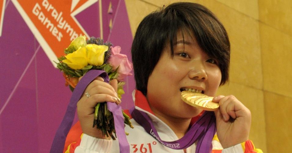 Chinesa Cuiping Zhang mostra a primeira medalha de ouro conquistada na prova do tiro carabina 10 m SH-1