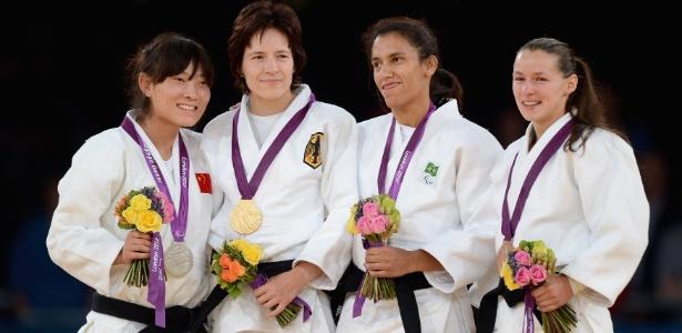 Michele Ferreira (segunda da dir. para a esq.) sobe ao pódio na categoria até 52 kg do judô