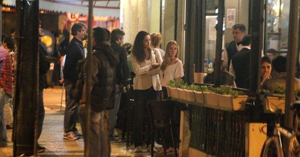 """Débora Nascimento, a Tessália, e Carol Abras, a Begônia de """"Avenida Brasil"""", esperam ao lado de fora do restaurante no Rio (29/8/12)"""