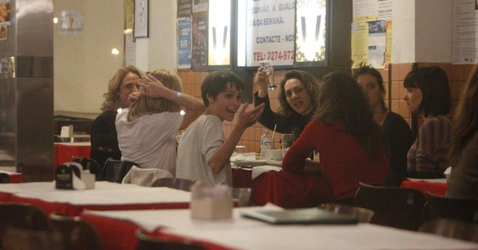 Eliane Giardini acena para os fotógrafos durante jantar (29/8/12)